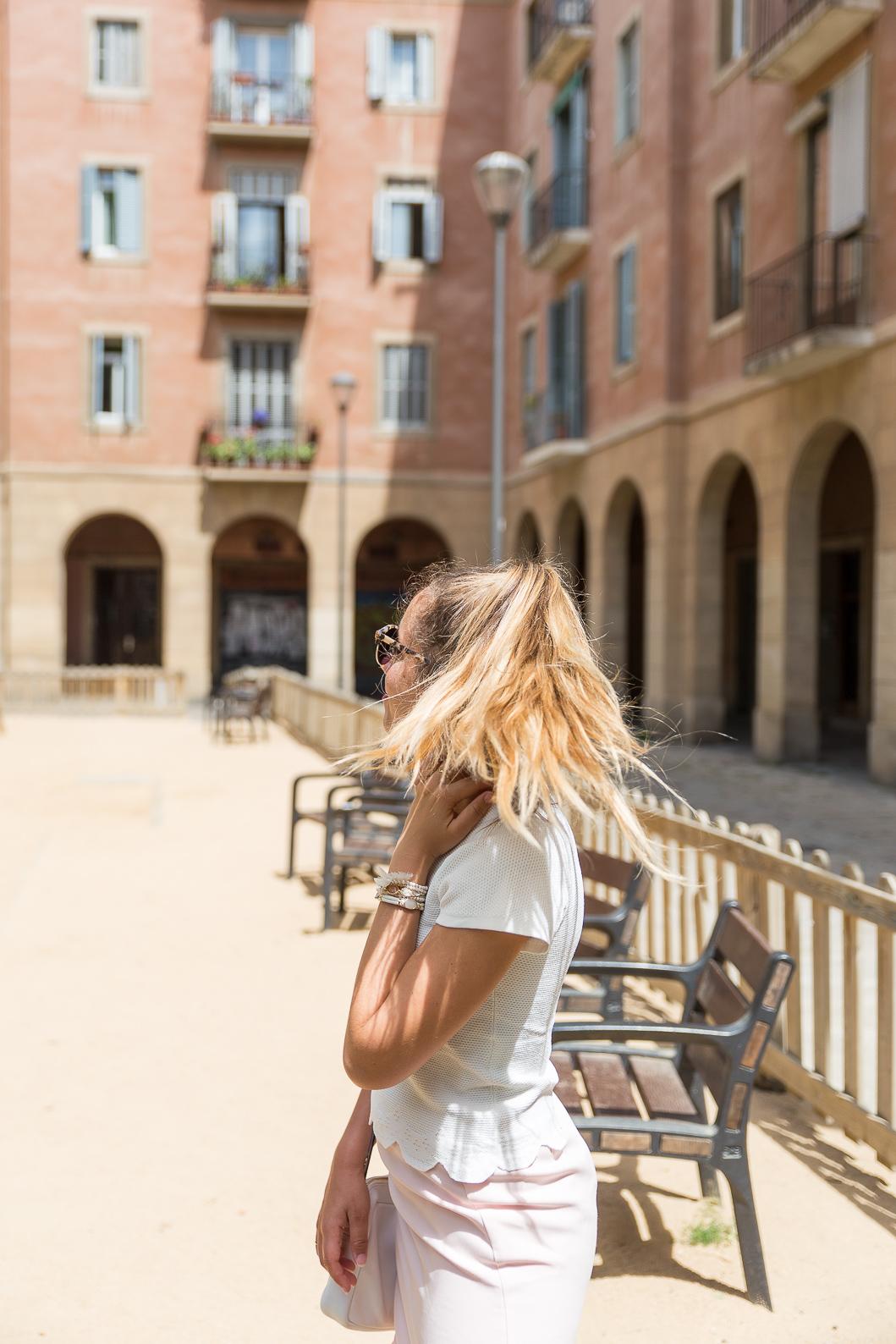 Cheveux longs blonds attachés
