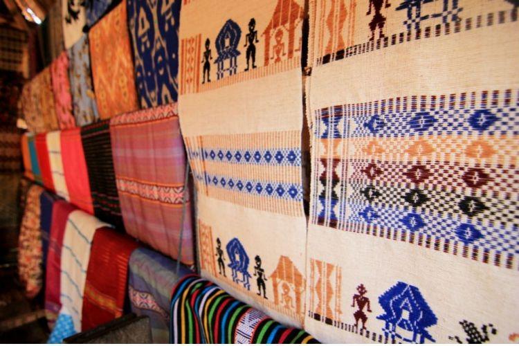 Motif yang digunakan pada kain sesek bisa digunakan rumah suku Sasak 97266c36cf