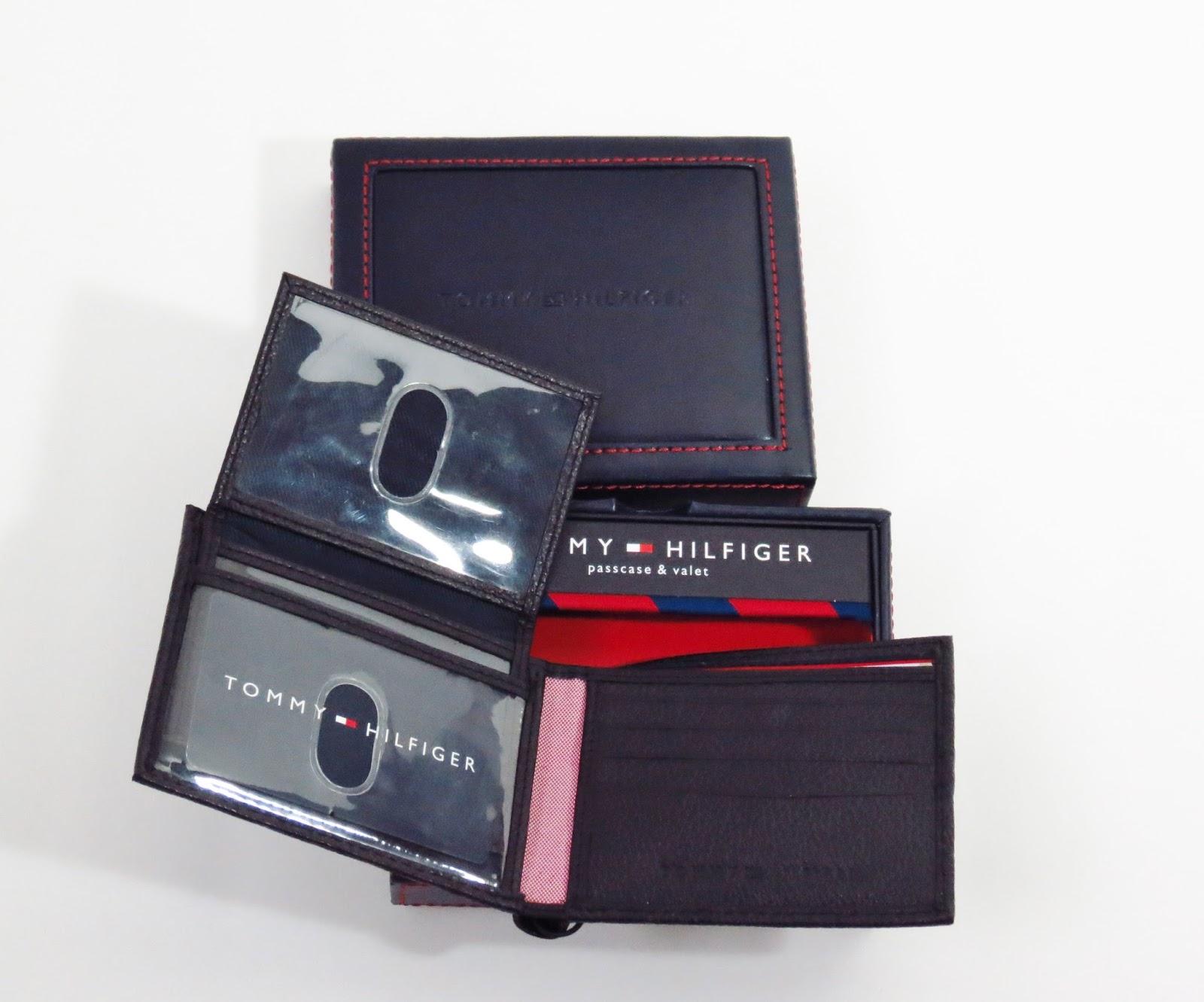 390310028 Modelo 04- Carteira Tommy Hilfiger em couro preto com placa bandeira logo e  interior na cor caramelo.