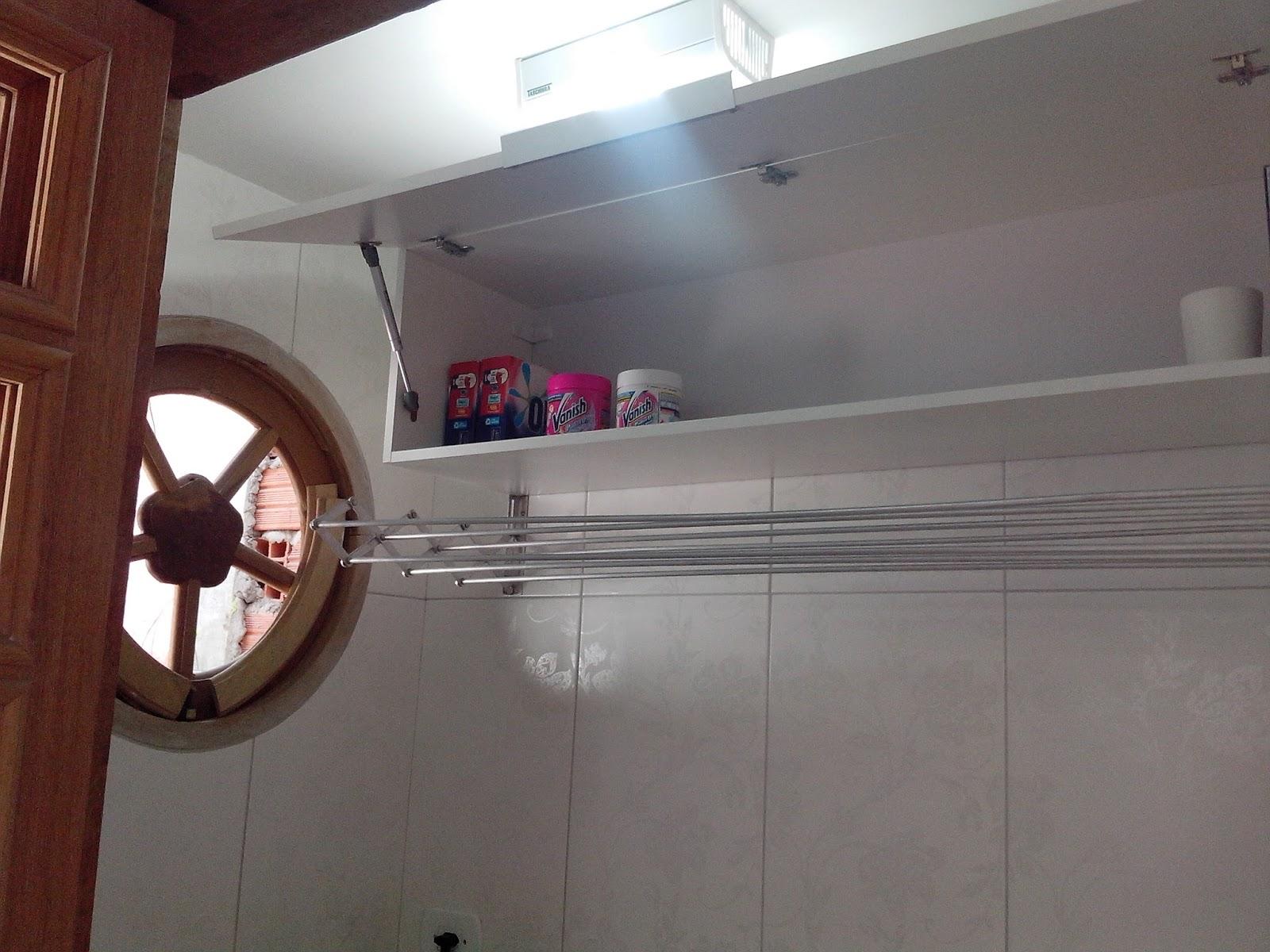 Ainda do lado externo a parede lateral da lavanderia foi revestida com  #462824 1600 1200