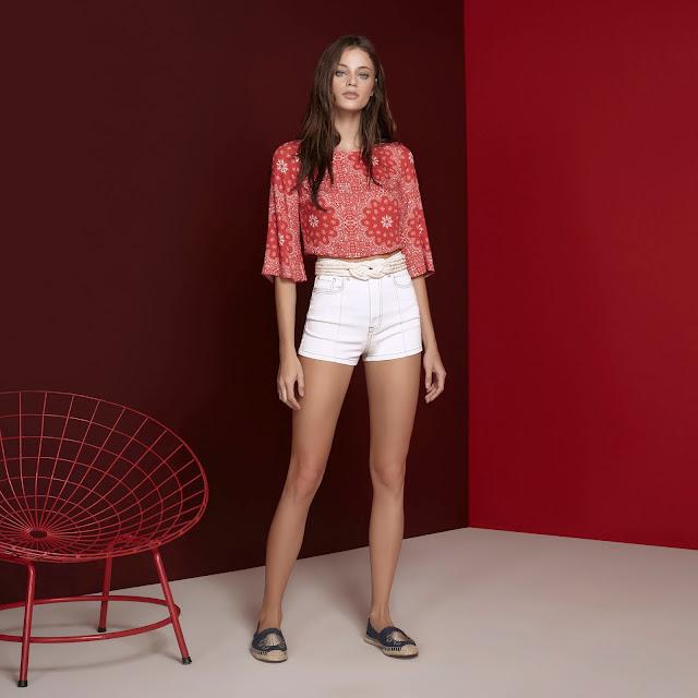 Moderninha, a blusa fica linda combinada com jeans de cintura alta ou shorts em looks ultrafemininos