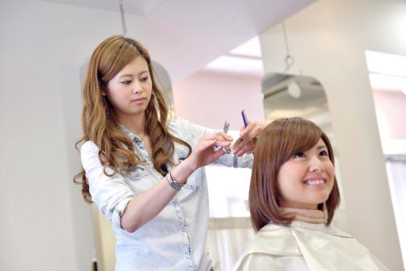 Professores japoneses cortam cabelos de alunos por serem muito compridos