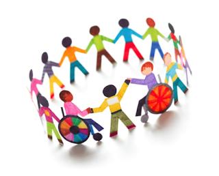 bonecos de papeis coloridos de mãos dadas, alguns com cadeiras de rodas