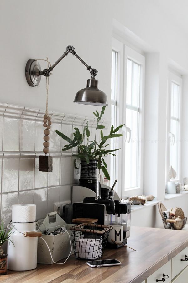 Kücheneinrichtung in Schwarz Weiß Holz mit leichten New Boho Elementen, Detail Küchenablage