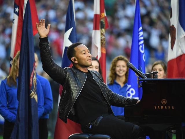 El cantante John Legende cantando God Bless America, en el Super Bowl XLIX 2015 entre Patriotas de Nueva Inglaterra y los Halcones Marinos de Seattle | Ximinia