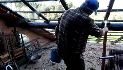 Aplicando óleo queimado em madeira de telhado