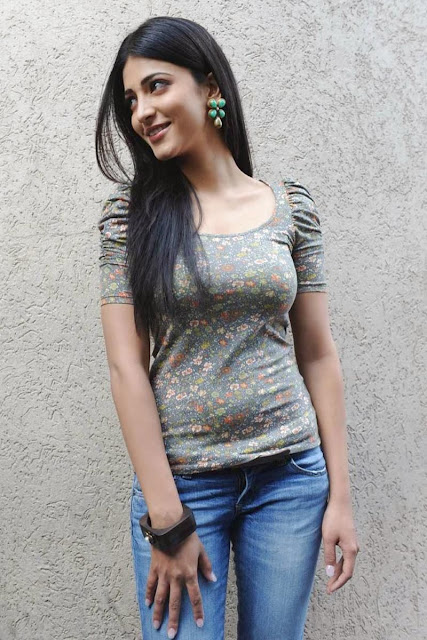 Shruthi Hassan In Casual  Dress Wallpapers