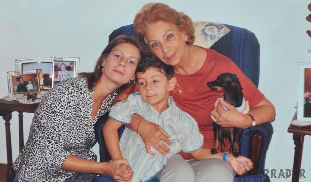 Bernardo, abraçado pela mãe, Odilaine Uglione, que se matou em fevereiro de 2010, e pela avó Jussara