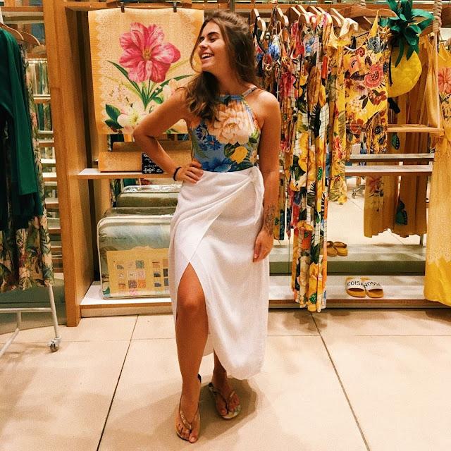 Look Farm usando chinelos havaianas e blusa com estampa floral