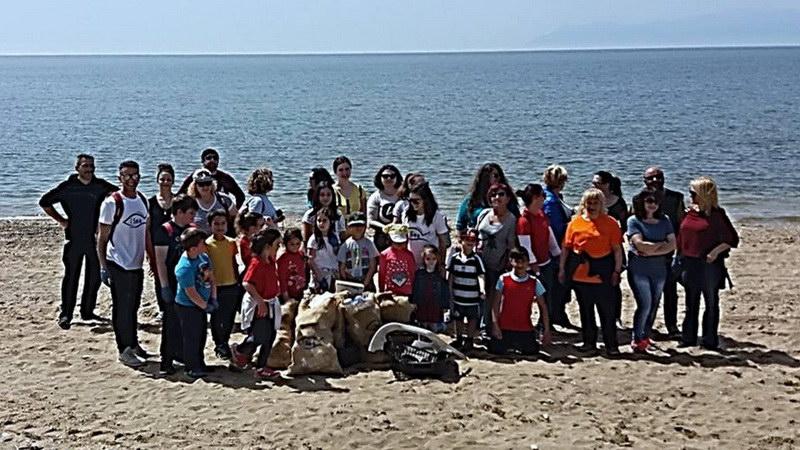 Εθελοντές καθάρισαν παραλία στη Νέα Χηλή