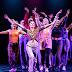 Svenska Teaternin lava kuuluu nyt nuorille – Musikaali tarjoaa vaikuttavia joukkokohtauksia ja kauniita sooloja