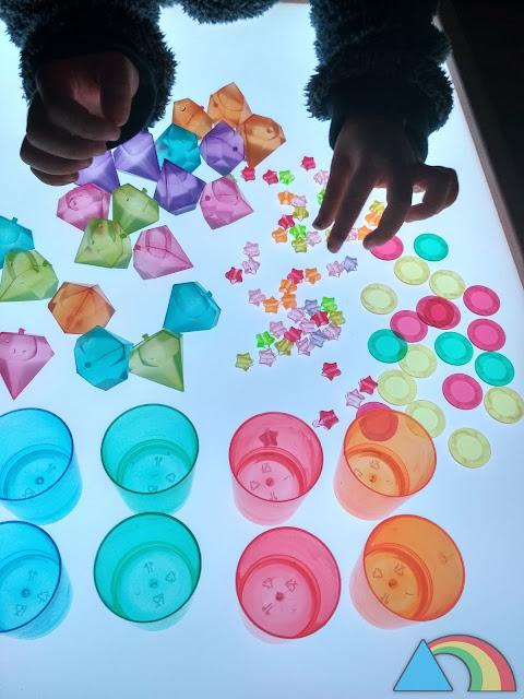 Materiales translúcidos variados sobre mesa de luz