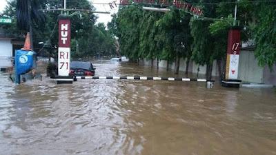 Banjir memasuki kompleks perumahan
