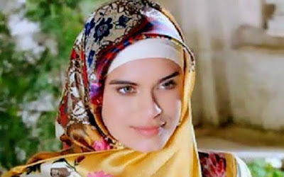 Beautiful Writer Becomes American Muslimah After Wearing Shari Hijab