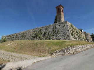 Mura del castello a scarpata