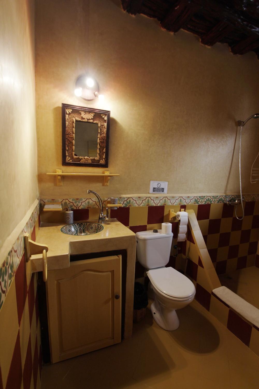 Vista general del baño de una habitación doble del riad Dar Sabon