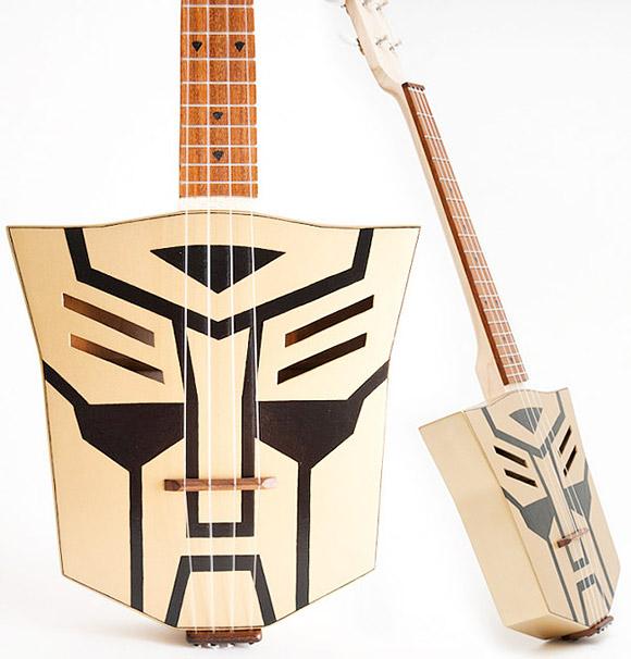 Guitarra eléctrica con logo de los transformers