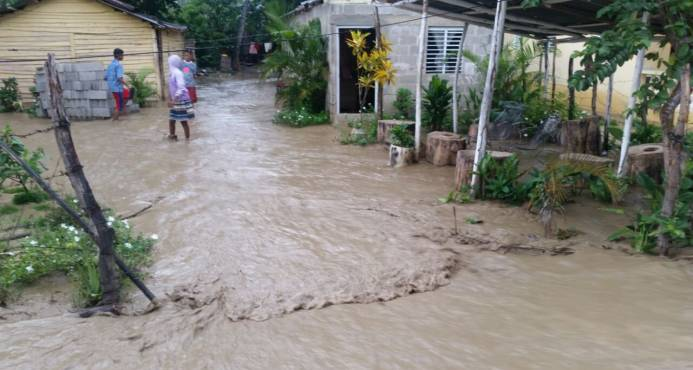 Lluvias en Santiago provocan inundaciones en más de 100 viviendas