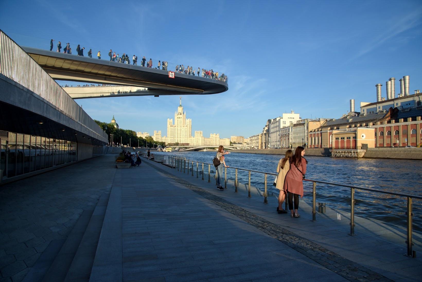 Парящий мост в парке Зарядье.