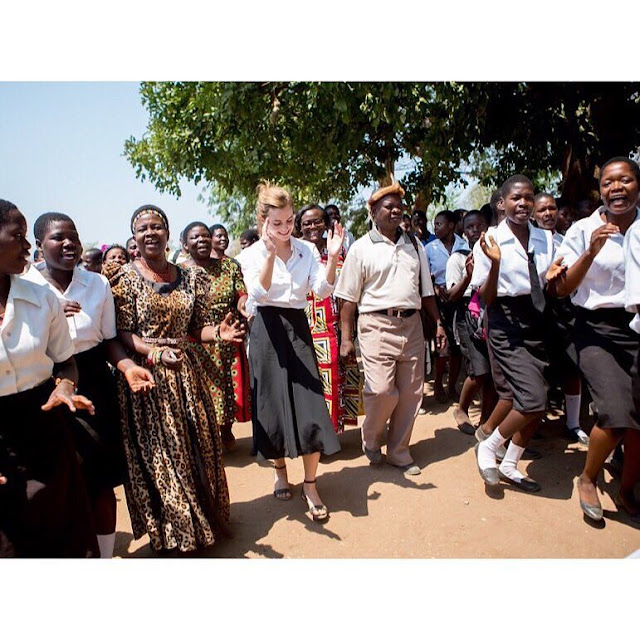 Emma-Watson-in-Malawi-with-people