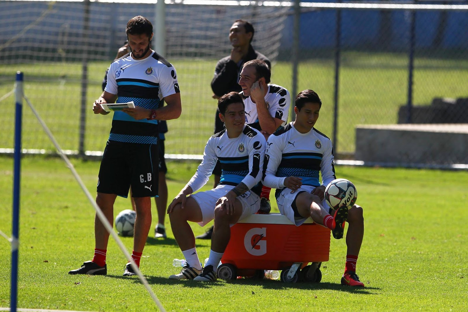 Michael Pérez con sus compañeros.