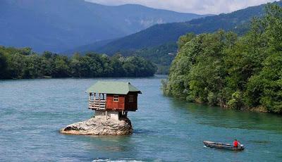 Rumah-di-tengah-sungai-di-Serbia