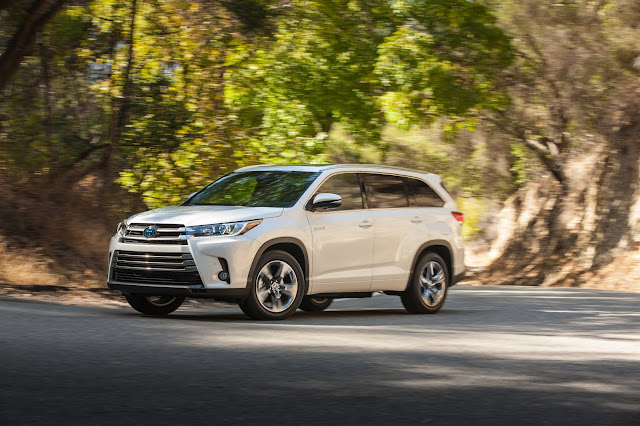 Front 3/4 view of 2018 Toyota Highlander Hybrid