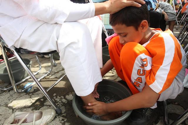 Mencuci Kaki Ibu Lalu Meminumnya, ini Syariat Islam Atau Bukan Sih?