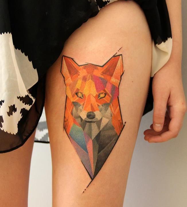 Un lindo tatuaje en la pierna muy elegante