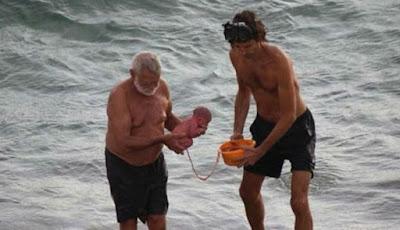 Bayi dibawa ke darat usai dilahirkan di Laut Merah