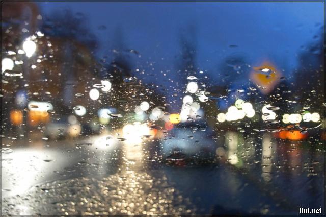 ảnh phố mưa buồn nhìn qua cửa kính