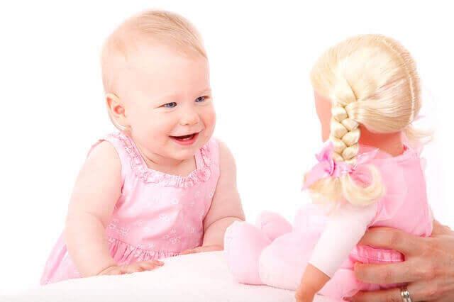 كيف أربي طفلي على الثقة بالنفس ؟ هو السؤال الذي يفكر به الأهل في تعزيز ثقة الطفل بنفسه , و لكن  , كيف تعلم طفلك الثقة بالنفس ؟ ,و ماهي الخطوة العملية لغرس الثقة بالنفس لدى الطفل , و هل من خطوة تمنح طفلك الثقة  , الجواب على هذه الأسئلة , و معرفة كيف أعلم أبني الثقة بالنفس ؟ يساعد طفلك على بناء الثقة بالنفس ,