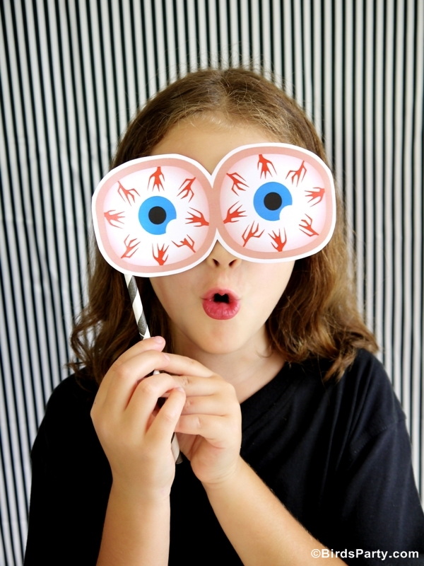 DIY Halloween Party Photo Booth with FREE Printables - BirdsParty.com