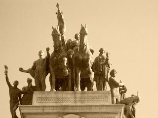 Homens no Topo do Monumento à Independência do Brasil, São Paulo
