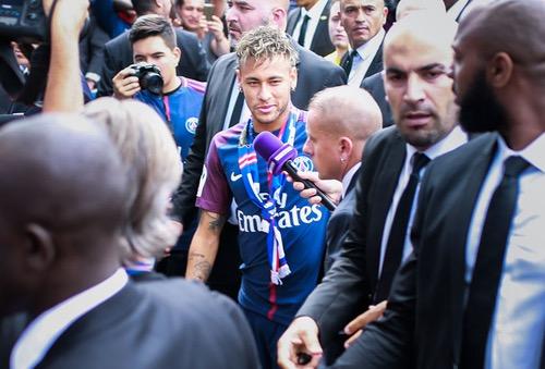 خبراء اقتصاديون: صفقة نيمار ليست الأغلى في تاريخ كرة القدم.. بل هي ثالث أغلى صفقة!