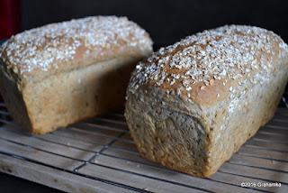 Chleb upieczony, wyjęty z foremek