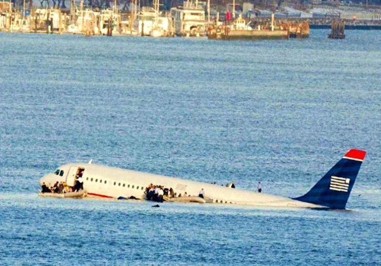 Suya inen yolcu uçağı kurtarma ekipleri gelene kadar suyun üstünde kalmasını başarmıştı.