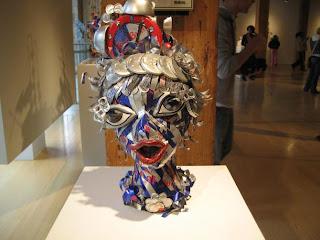 escultura con latas de redbull cabeza