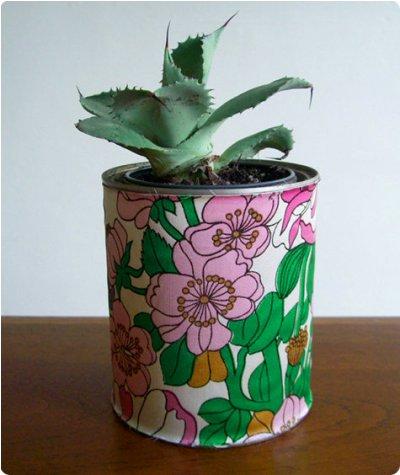 Kain atau kertas bermotif bisa juga digunakan untuk melapisi kaleng bekas supaya terlihat lebih cantik.
