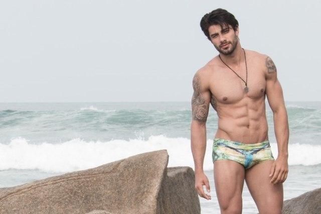 Foto de Renan Oliveira do BBB16 posando para ensaio sensual apenas de sunga