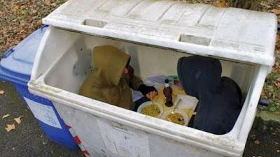 Restaurant lustig - Essen gehen in Mülltonne