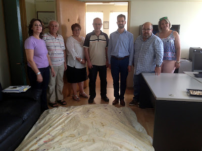 Ο Βαγγέλης Αυγουλάς με τους διευθυντές του Οίκου Ναύτου και αντιπροσωπεία της Γέφυρας Ζωής με το μαξιλάρι