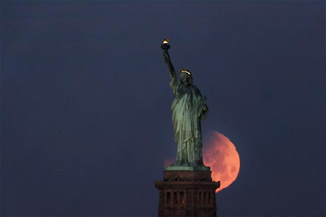 Eclipse Lunar Total de 31 de janeiro de 2018 - Estátua da Liberdade, Nova York, JUSTIN LANE
