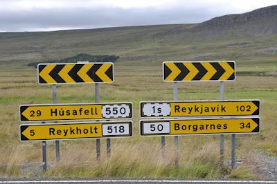 Cartel de tráfico en amarillo indicando la distancia en Km a Borgarnes, lugar con actividades cerca de Reykjavik