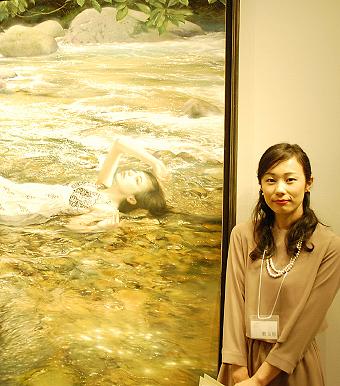アートアジェンダ 美術館 展覧会レポート 第2回ホキ美術館大賞を受賞した鶴友那さん。受賞作品の前で。