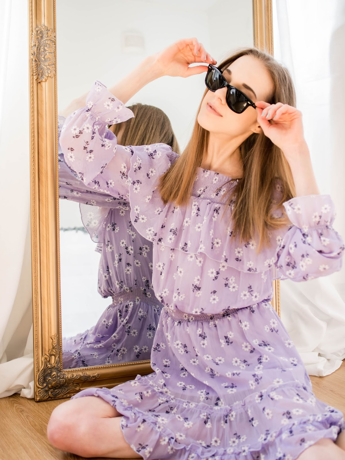 Woman in a lilac summer dress wearing black Ray-Ban Wayfarer sunglasses - Violetti kukkamekko ja Ray-Ban Wayfarer aurinkolasit