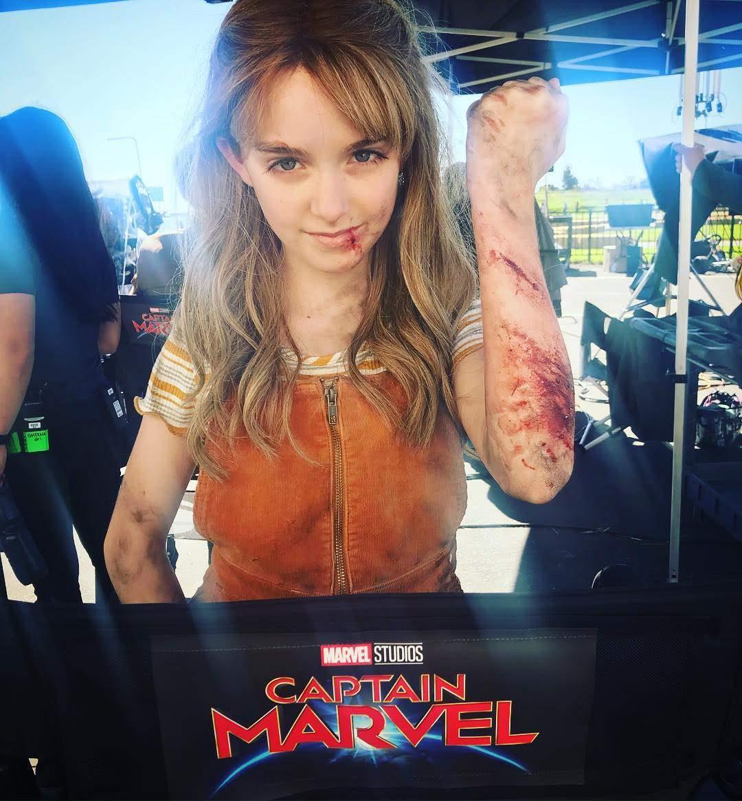 Mckenna Grace as Carol Danvers on the set of Captain Marvel : コミックヒーロー映画史上2番めの封切り大ヒットとして、「アベンジャーズ : インフィニティ・ウォー」に次ぐ、巨額を叩き出した「キャプテン・マーベル」のリトル・キャプテンのマッケンナ・グレースちゃん ! !