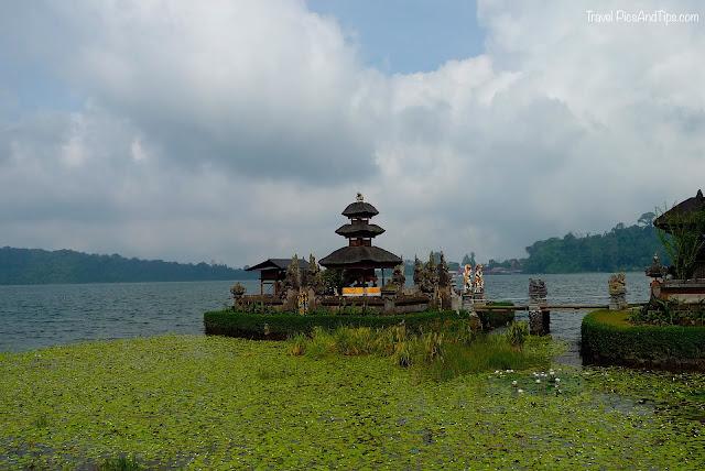 Temple de Bedugul et lac Beratan à Bali en Indonésie