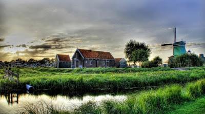 Gambar Pemandangan Alam di Desa Belanda Saat Senja Sore Hari