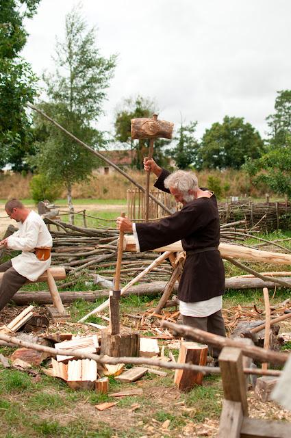 plane de troncs et réalisation de tuiles en bois